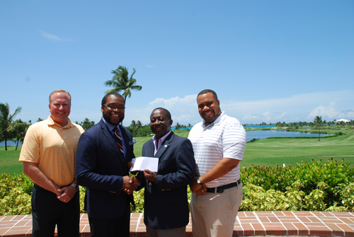Pictured (l to r): Gregory Stuart, Group Head, Corporate and Commercial Banking, Scotiabank presents the sponsorship cheque to Everette Mackey, GGYA's National Council Treasurer at the Ocean Club Golf Course. (far left) Robbie Leming, General Manager Ocean Club Golf Course (far right) Eric Hall, Atlantis.